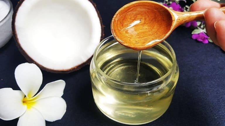 Súc miệng bằng dầu dừa là một cách chữa viêm lợi ở dạng nhẹ.