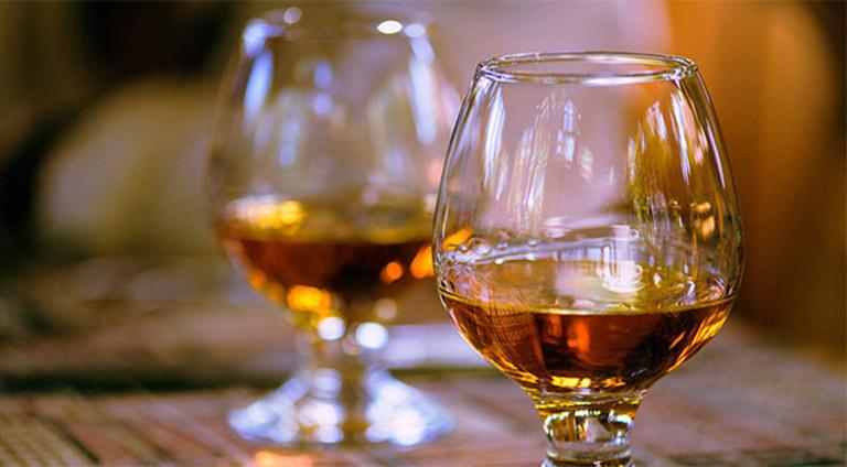 Súc miệng bằng rượu giảm đau răng là phương pháp đơn giản, được nhiều người áp dụng