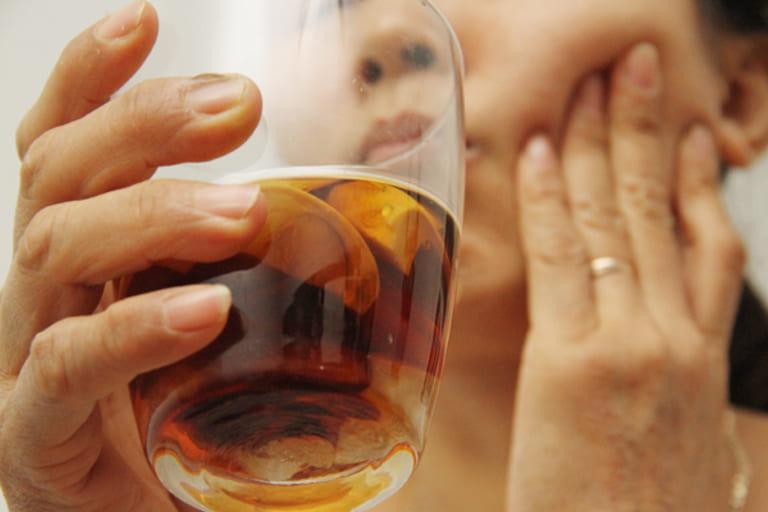 Dùng rượu hạt cau ngậm và súc miệng chữa đau răng hàm trong cùng nhanh chóng.