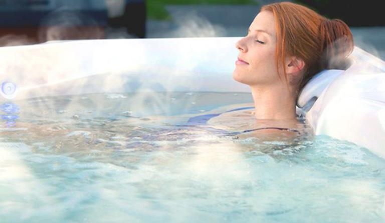 Tắm nước ấm là phương pháp giúp đẩy lùi cơn đau lưng rất hiệu quả
