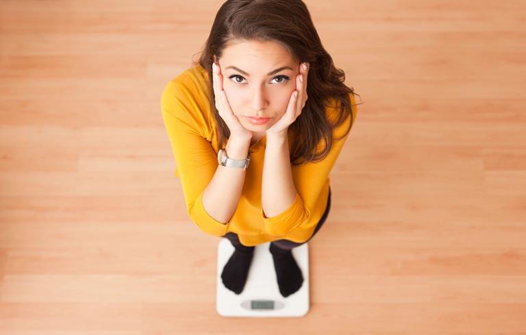 Tăng, giảm cân đột ngột là một nguyên nhân gây kinh nguyệt sớm