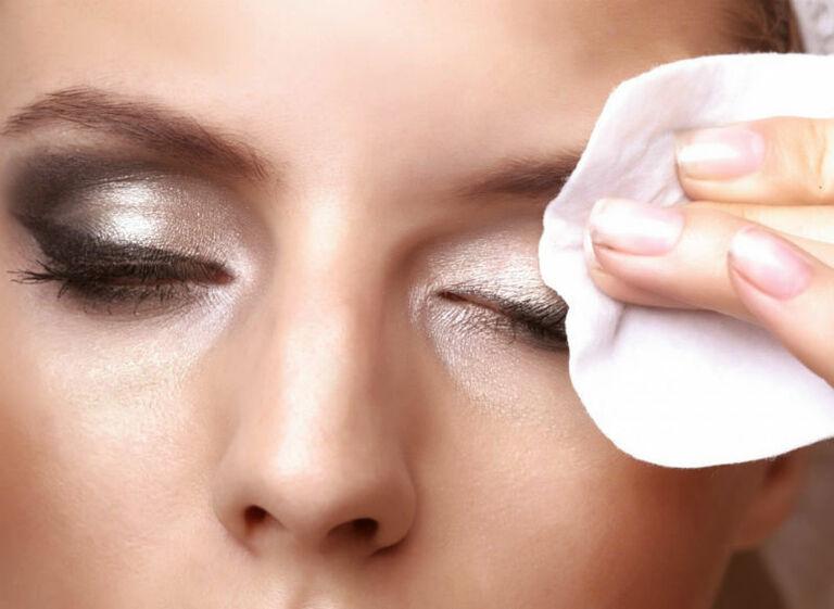 Dù để mặt mộc cả ngày hay thường xuyên trang điểm thì bạn cũng cần tẩy trang. Đây là bước chăm sóc da cơ bản đầu tiên.