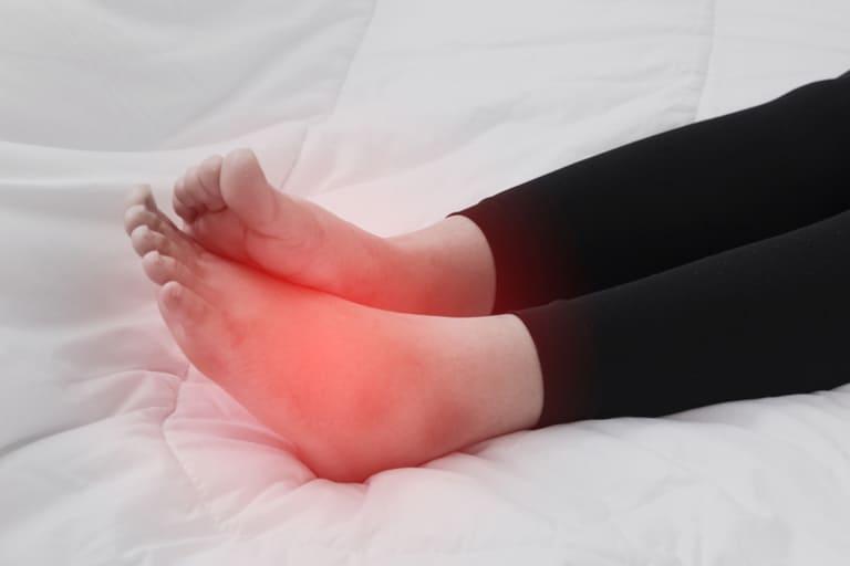 Nếu tê chân kéo dài và xuất hiện kèm một số dấu hiệu bất thường thì rất có thể do bệnh lý gây ra.