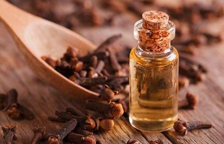 Không dùng tinh dầu đinh hương nguyên chất thoa lên răng bị ê buốt.