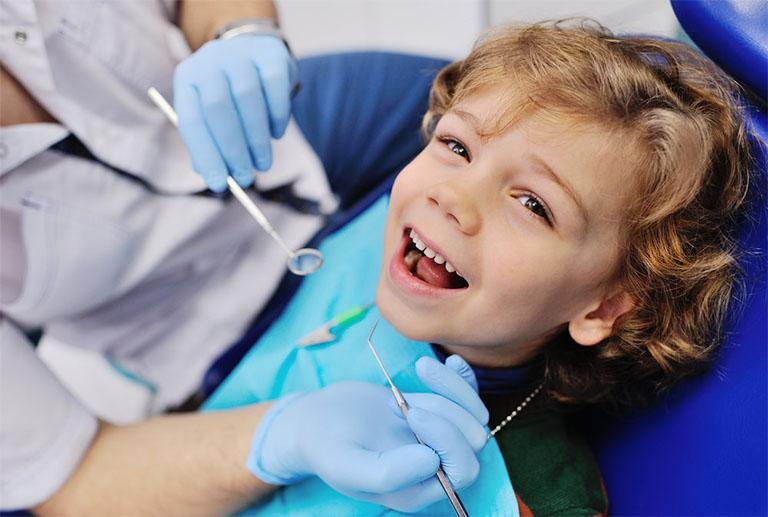 Đưa trẻ đến gặp bác sĩ nha khoa nếu tình trạng nhiệt miệng không có dấu hiệu thuyên giảm hoặc sau 2 tuần những vết lương không có dấu hiệu tự lành