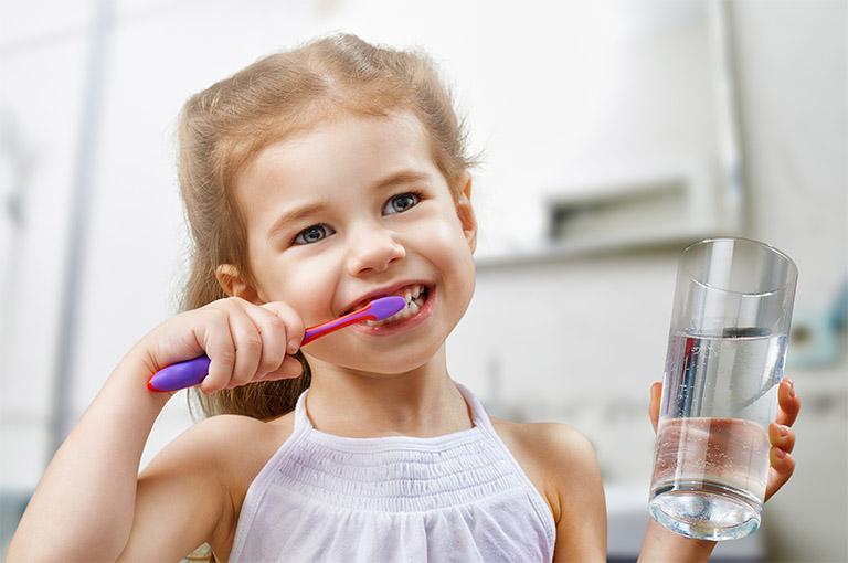 Hướng dẫn cho trẻ đánh răng nhẹ nhàng, đúng cách để tránh làm tổn thương lên lớp niêm mạc