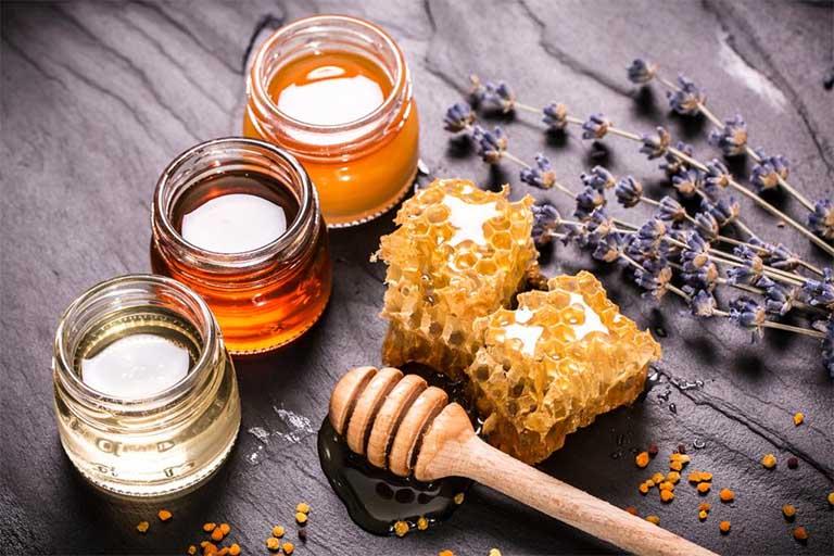 Dùng mật ong nguyên chất chữa chứng nhiệt miệng ở trẻ nhỏ