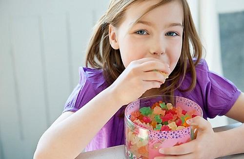 Hạn chế cho trẻ ăn đồ ngọt để bảo vệ răng