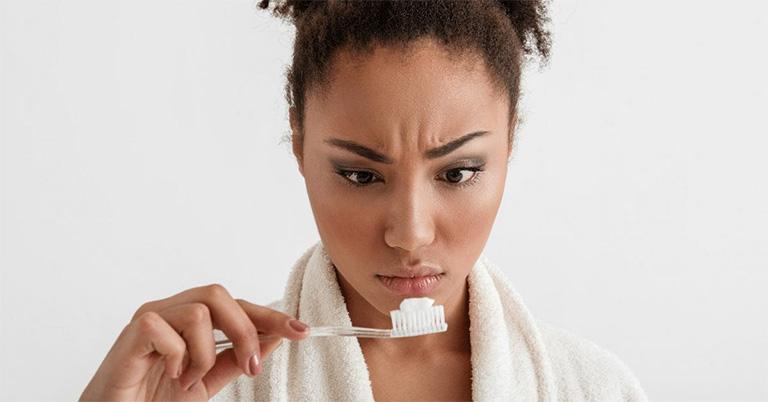 Kem đánh răng có giúp xóa mụn trứng cá trên mặt? - Giải đáp thắc mắc