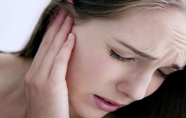 Đau và chảy dịch tai là triệu chứng điển hình