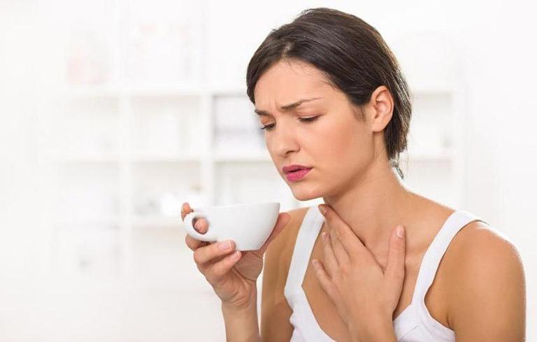 Đau họng, khàn tiếng là triệu chứng điển hình nhất của bệnh viêm thanh quản mãn tính