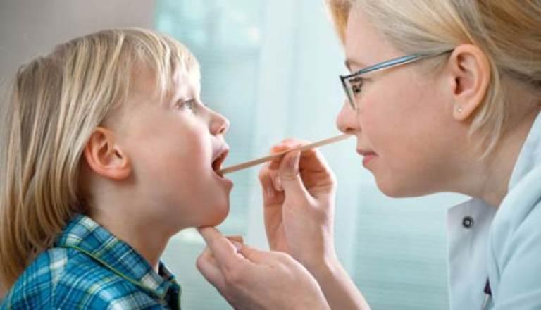 Nếu viêm lợi hoặc nhiệt miệng ở trẻ nhỏ kéo dài hơn 10 ngày không có dấu hiệu thuyên giảm thì bạn nên nhanh chóng đưa trẻ đến cơ sở y tế để kiểm tra.