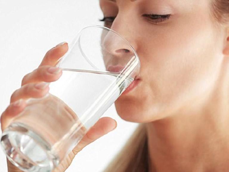 Uống đủ nước là cách đơn giản, an toàn và hiệu quả để cấp ẩm cho da nhạy cảm.