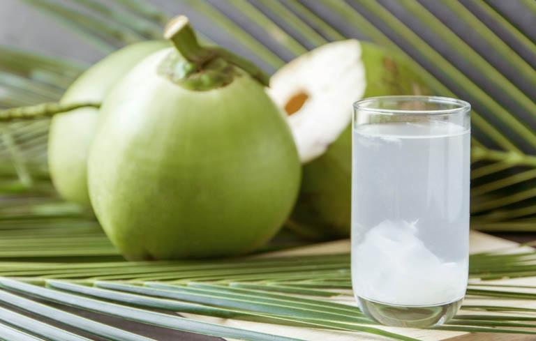Uống nước dừa giúp kích thích kinh nguyệt ra sớm