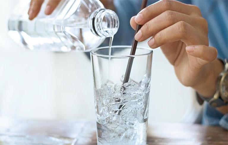 Nước lạnh là thứ bạn nên tránh xa nếu đang bị viêm phế quản