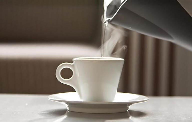 Uống nước lọc ấm để gọi sữa về nhiều hơn