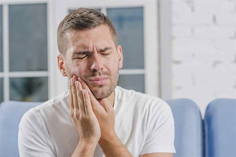 Người bệnh luôn phải chịu đựng những cơn đau nhói ở răng miệng khi mắc bệnh viêm chân răng ở mủ