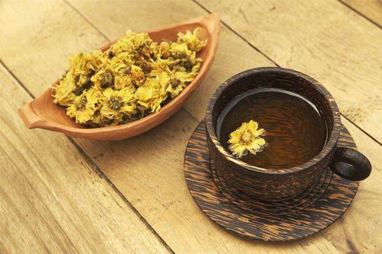 Trà hoa cúc có tính mát, có tác dụng làm thanh nhiệt, tiêu viêm nhẹ và làm thơm miệng