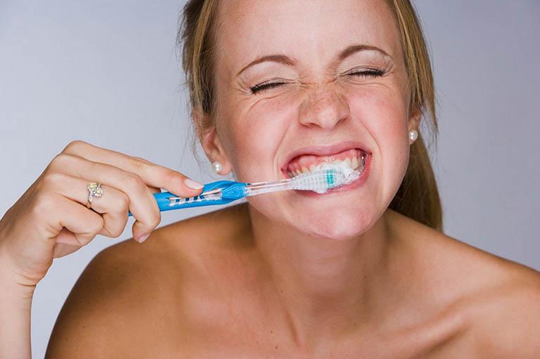 Vệ sinh răng miệng không thường xuyên hoặc không đúng cách