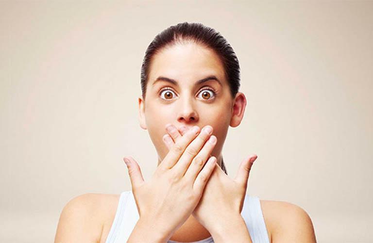 Bệnh viêm lợi có mủ khiến miệng và hơi thở luôn có mùi hôi khó chịu