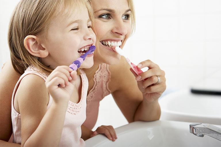 Làm sạch vệ sinh răng miệng ít nhất 2 lần mỗi ngày để phòng ngừa chứng viêm nướu răng