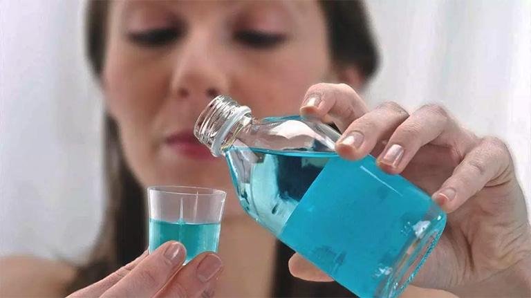 Thường xuyên làm sạch răng miệng bằng nước súc miệng - Biện pháp cải thiện chứng viêm nướu răng tại nhà