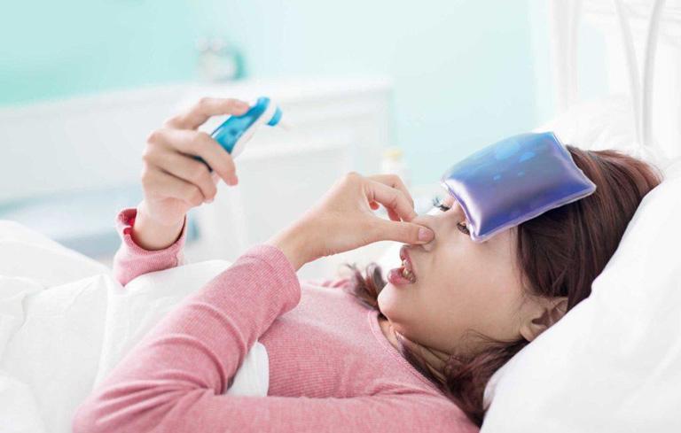 Nếu có hiện tượng sốt, ho, đau đầu,... người bệnh cần đi khám ngay