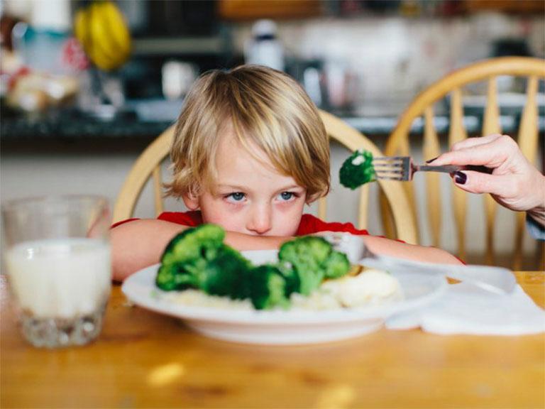 Khi bị viêm tủy răng, trẻ thường có biểu hiện chán ăn, sốt cao hoặc sốt theo cơn lâu ngày không khỏi