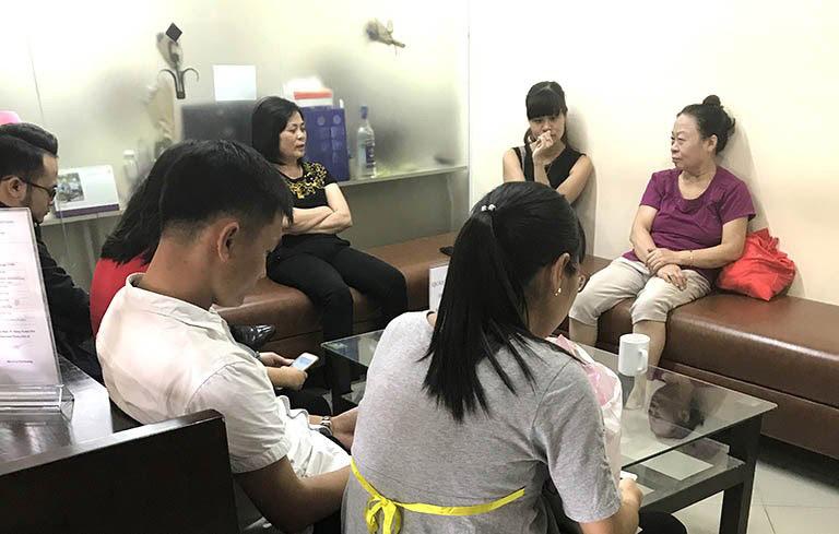 Bác Hoàng Thị Hạnh (Áo tím) người từng chữa khỏi tiểu đường tại Trung tâm