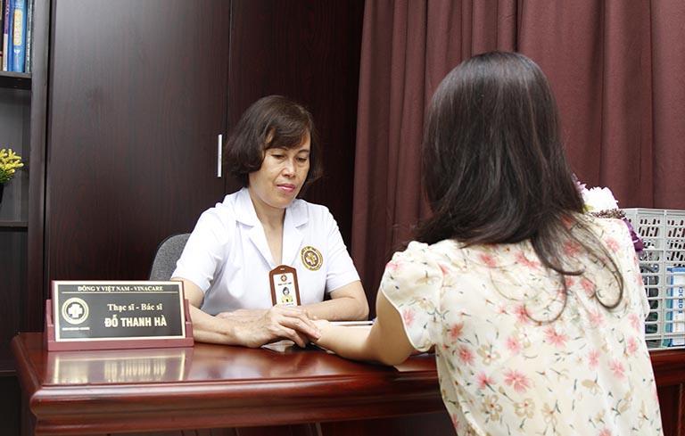 Bác sĩ Đỗ Thanh Hà luôn cẩn thận trong thăm khám để đưa ra bài thuốc hiệu quả cho từng bệnh nhân