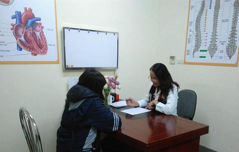 Bác sĩ Lê Phương khám cho nữ bệnh nhân mắc phụ khoa tại trung tâm
