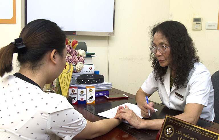 Bác sĩ Phương khám và giải thích cơ chế điều trị bệnh kỹ càng