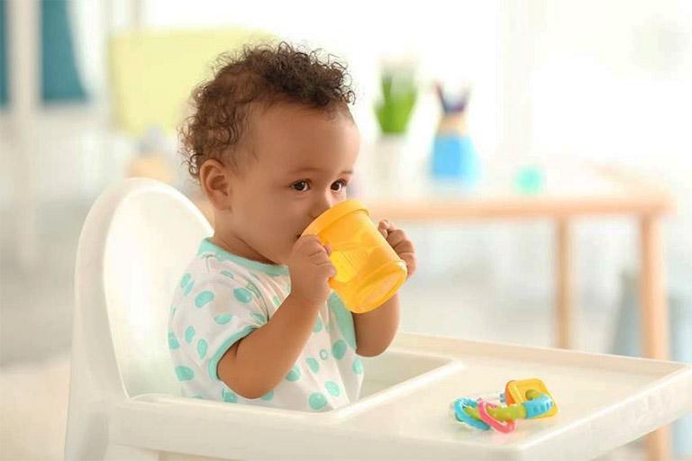 Cho trẻ uống nhiều nước để cải thiện tình trạng viêm lở loét miệng lưỡi