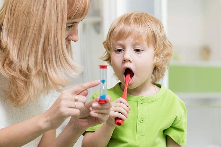 Tập cho trẻ thói quen vệ sinh răng miệng ít nhất 2 lần mỗi ngày vào mỗi buổi sáng thức dậy và buổi tối trước khi đi ngủ