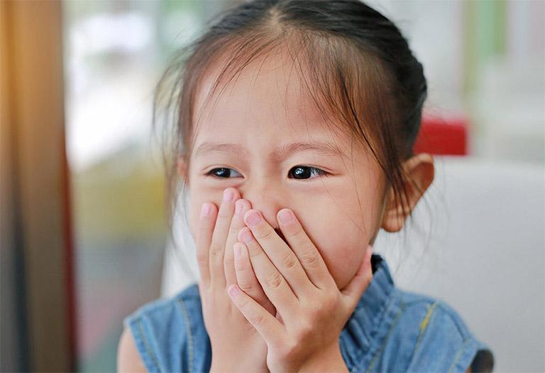 Trẻ luôn có cảm giác khó chịu, đau đớn khi miệng lưỡi bị lở loét