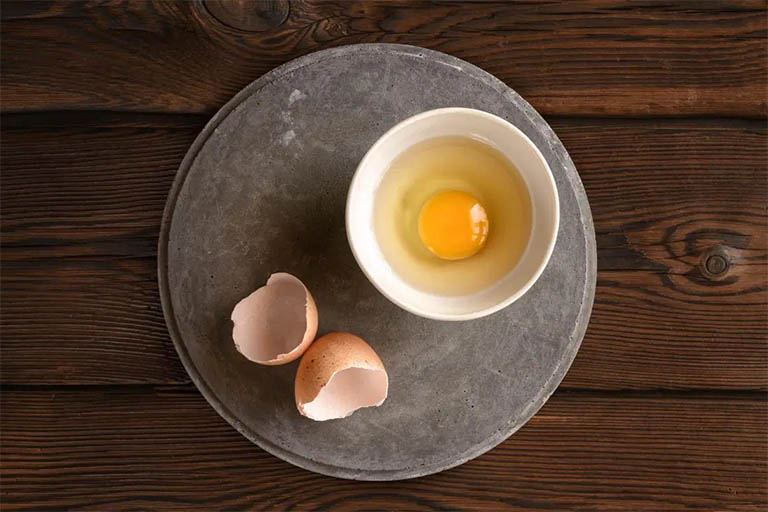 Các vết đốm đen cho nám gây ra dần được đẩy lùi nếu bạn biết đến sự kết hợp giữa lòng đỏ trứng gà tươi và vitamin E