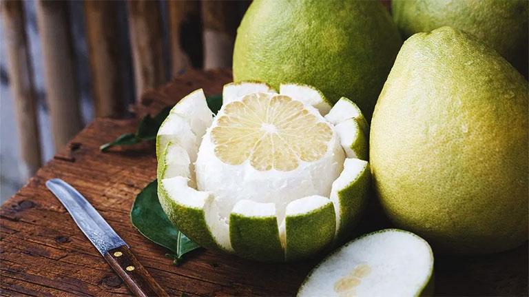 Vỏ bưởi có chứa nhiều thành phần hoạt chất Flavonoid - Thành phần có tác dụng bảo vệ gan, cải thiện tình trạng gan nhiễm mỡ