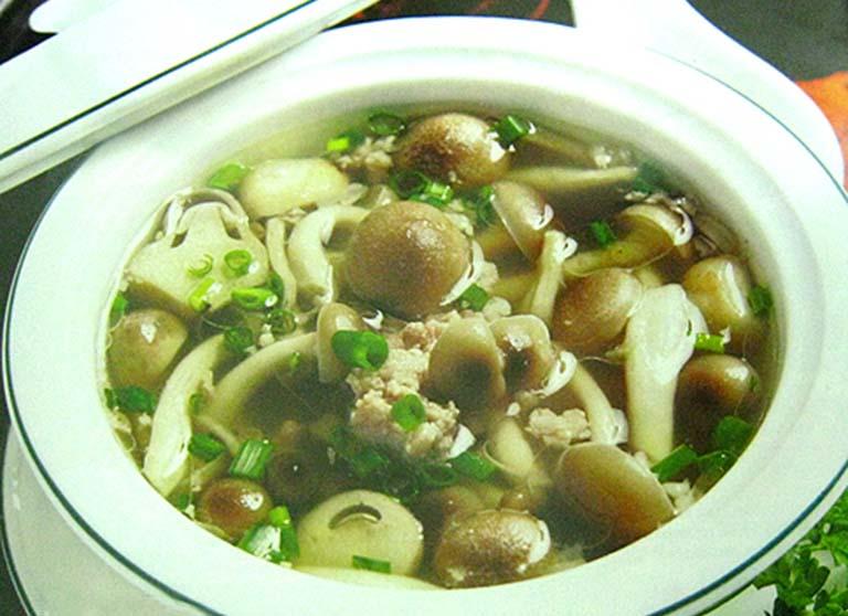 Canh thịt heo nấu nấm là món ăn có tác dụng rất tốt đối với những người bị viêm gan B
