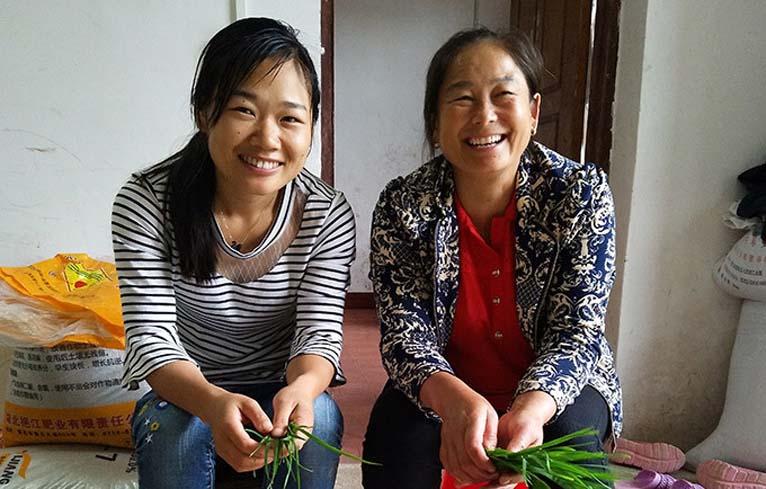 Chị Nhung (bên trái) từng rất mệt mỏi vì bệnh viêm lộ tuyến cố tử cung