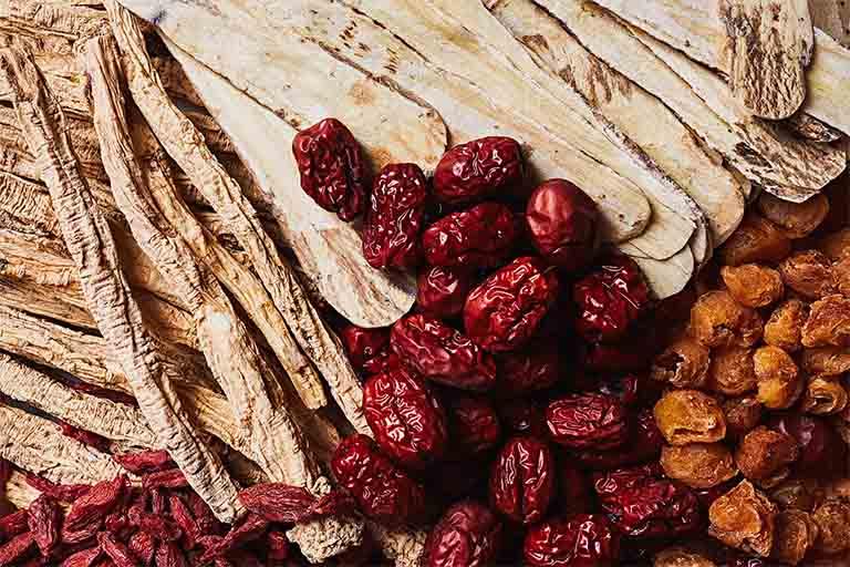Đại táo có vị ngọt, tính ấm và được quy vào kinh Phế, Vị, có tác dụng bổ tỳ vị, can thận, nhuận phế, điều hòa khí huyết, an thần, sinh tân, giải độc dược,...