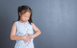 Đau bụng là triệu chứng điển hình của viêm niêm mạc dạ dày ở trẻ em