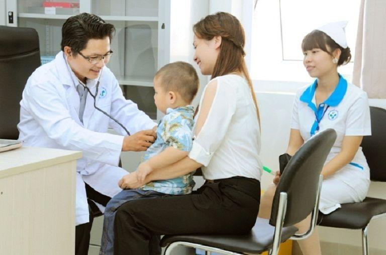 Đưa trẻ đi thăm khám nếu thấy trẻ bị táo bón kéo dài