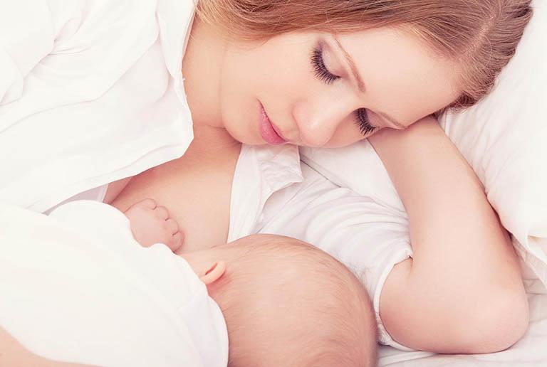 Cho trẻ bú sữa mẹ ngay sau sinh sinh