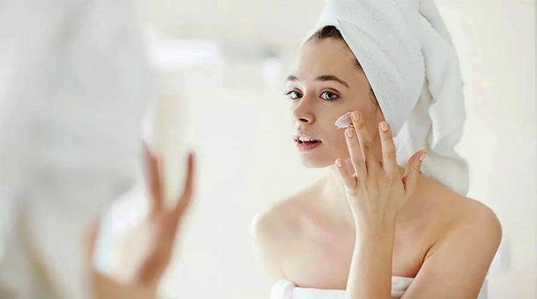 Tuổi teen sử dụng kem bôi đặc trị ngoài da để cải thiện tình trạng nám da