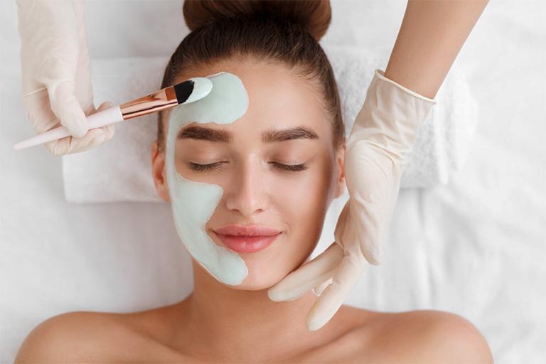 Bổ sung các dưỡng chất do da mặt bằng các loại mặt nạ có sẵn trong tự nhiên như: cà chua, sữa tươi không đường, dưa leo,...