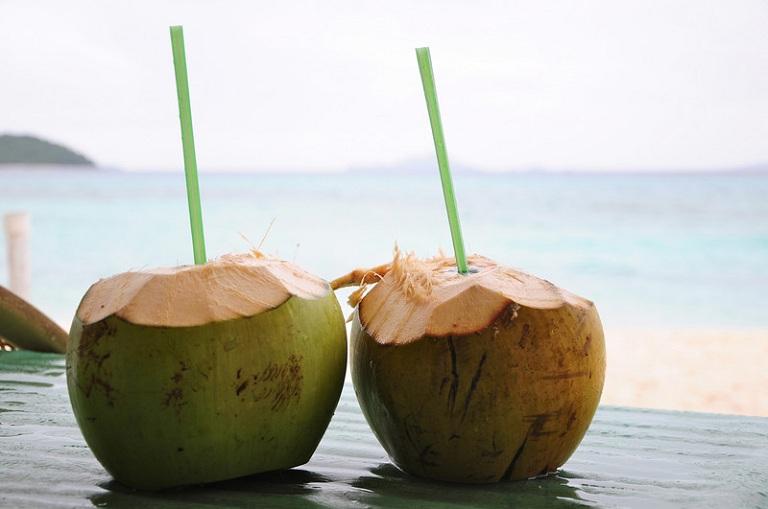 Người bị đau dạ dày có nên uống nước dừa?