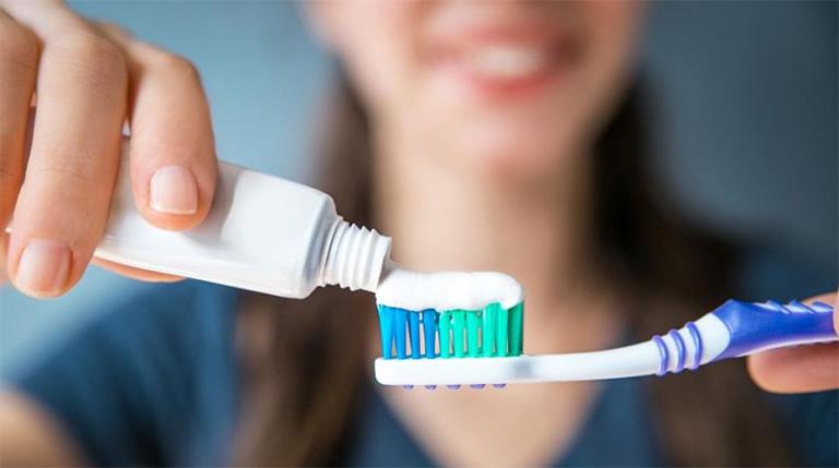 Thường xuyên vệ sinh răng miệng sạch sẽ bằng cách đánh răng mỗi ngày ít nhất 2 lần và tối đa 3 lần