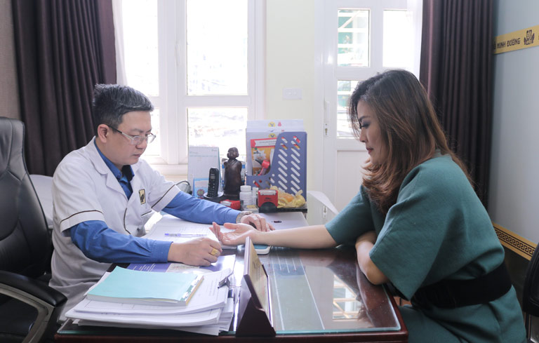 Lương y Tuấn bắt mạch cho nữ diễn viên