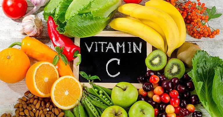 Vitamin C là một trong những dưỡng chất không thể vắng mặt trong việc cải thiện và phòng ngừa bệnh nhiệt miệng