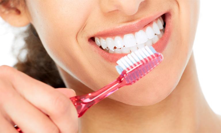 Thường xuyên vệ sinh răng miệng ít nhất 2 lần mỗi ngày vào mỗi buổi sáng và buổi tối trước khi đi ngủ